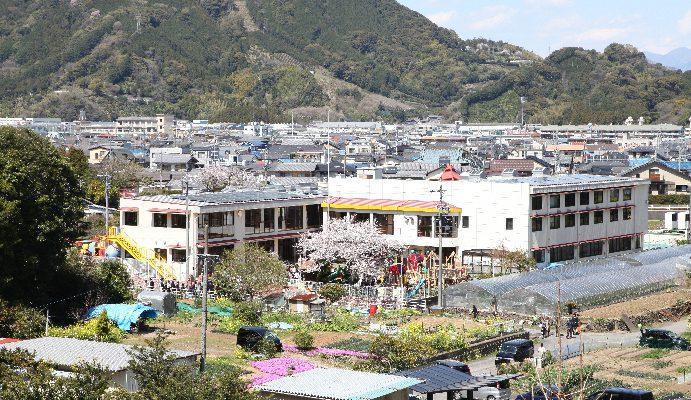 園舎と周辺の街